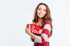 Mujer preciosa feliz que sostiene la caja de regalo Fotografía de archivo libre de regalías