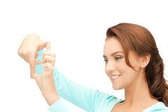 Mujer preciosa que crea un marco con los fingeres Fotografía de archivo libre de regalías