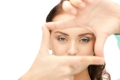 Mujer preciosa que crea un marco con los fingeres Foto de archivo libre de regalías