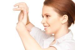 Mujer preciosa que crea un marco con los fingeres Imagen de archivo
