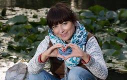 Mujer preciosa que envía el corazón del amor Fotos de archivo