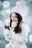 Mujer preciosa que envía el mensaje con el teléfono celular Fotos de archivo libres de regalías
