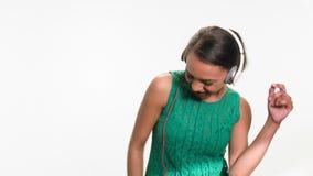 Mujer preciosa que escucha su canción preferida almacen de metraje de vídeo