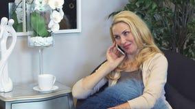 Mujer preciosa que habla en el teléfono almacen de video