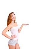 Mujer preciosa que lleva a cabo algo imaginario contra el backgroun blanco Imagenes de archivo