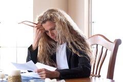 Mujer preocupante de cuentas Imagen de archivo