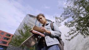 Mujer preocupante en campus al aire libre de la universidad moderna almacen de video