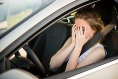 Mujer preocupante en coche Imagenes de archivo