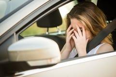 Mujer preocupante en coche Fotografía de archivo libre de regalías