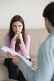 Mujer preocupante joven que descubre resultado de la diagnosis o del examen médico Fotografía de archivo libre de regalías