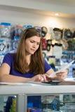 Mujer preocupante que comprueba cuentas y facturas con la calculadora Imágenes de archivo libres de regalías
