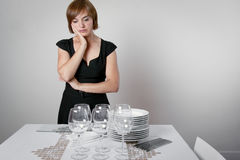 Mujer preocupante que fija la tabla imagen de archivo