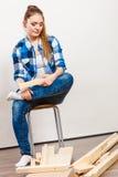 Mujer preocupante que monta los muebles de madera DIY Imágenes de archivo libres de regalías