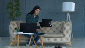 Mujer preocupante que trabaja en sus finanzas en casa metrajes