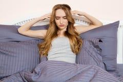 Mujer presionada despierta por la ma?ana, ella es agotada y sufridora de insomnio Muchacha sufridora del insomnio imagen de archivo libre de regalías
