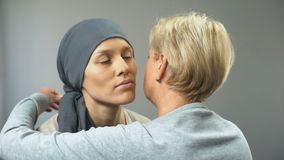 Mujer presionada en el pañuelo que abraza a su madre, tratamiento contra el cáncer, diagnosis metrajes