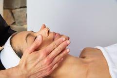 Mujer principal del masaje con el fisioterapeuta Fotos de archivo libres de regalías