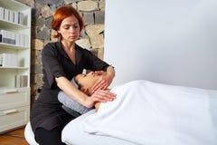 Mujer principal del masaje con el fisioterapeuta Fotografía de archivo libre de regalías