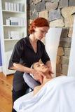 Mujer principal del masaje con el fisioterapeuta Imagenes de archivo