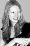 Mujer principal roja joven Headshot sonriente que mira apagado Imágenes de archivo libres de regalías