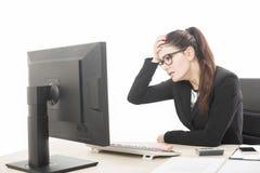 Mujer profesional joven subrayada y cansada con sittin del dolor de cabeza fotos de archivo libres de regalías