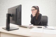 Mujer profesional joven subrayada y cansada con sittin del dolor de cabeza imagen de archivo libre de regalías