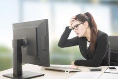 Mujer profesional joven subrayada y cansada con sittin del dolor de cabeza fotografía de archivo