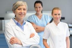 Mujer profesional médica del equipo en la cirugía dental Imágenes de archivo libres de regalías
