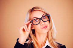 Mujer profesional sorprendida en vidrios Foto de archivo
