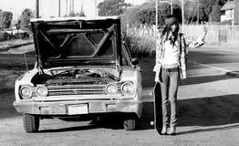 Mujer punky joven que hace autostop Imagen de archivo libre de regalías