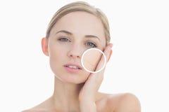 Mujer pura que toca su piel con cierre para arriba de sus arrugas Fotografía de archivo libre de regalías