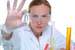 Mujer química del científico del laboratorio que trabaja con la botella Imagen de archivo