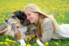 Mujer que abraza blando al pastor alemán Dog Imagen de archivo