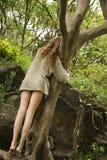 Mujer que abraza el árbol. Imágenes de archivo libres de regalías