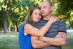 Mujer que abraza el hombre, los pares adultos felices que presentan, concepto romántico de la gente, la estación de verano, la em Fotografía de archivo