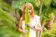 Mujer que abraza forma de vida verde imagenes de archivo