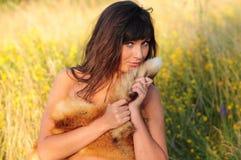 Mujer que abraza la piel de Fox Imagenes de archivo