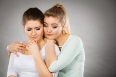 Mujer que abraza a su amigo femenino triste Imágenes de archivo libres de regalías