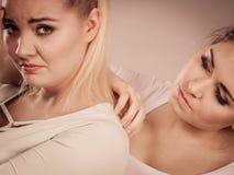 Mujer que abraza a su amigo femenino triste Fotografía de archivo
