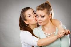 Mujer que abraza a su amigo femenino triste Foto de archivo libre de regalías