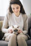 Mujer que abraza su gato precioso Fotos de archivo libres de regalías