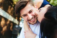 Mujer que abraza a su novio de detrás Imagenes de archivo