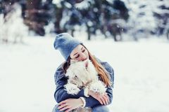 Mujer que abraza su perro fotografía de archivo
