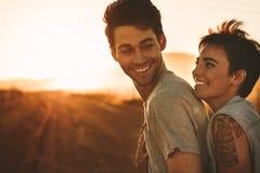 Mujer que abraza a un hombre al aire libre en un viaje por carretera Fotografía de archivo libre de regalías