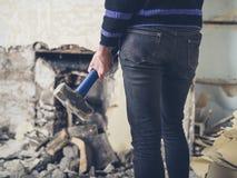 Mujer que abre la chimenea con el martillo de trineo Imagen de archivo