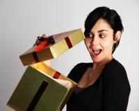 Mujer que abre un presente Imagen de archivo