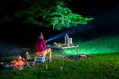 Mujer que acampa en naturaleza Imagen de archivo libre de regalías