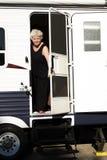 Mujer que acampa hacia fuera Fotos de archivo