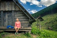 Mujer que acampa y que mira paisaje inspirador de la montaña fotografía de archivo libre de regalías