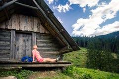 Mujer que acampa y que mira paisaje inspirador de la montaña foto de archivo